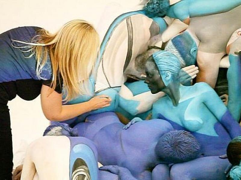 painted-human-bodies-become-crash-sculpture-video-medium_3